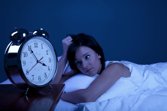 besser schlafen frau schlafstörungen wecker retro weiße bettwäsche
