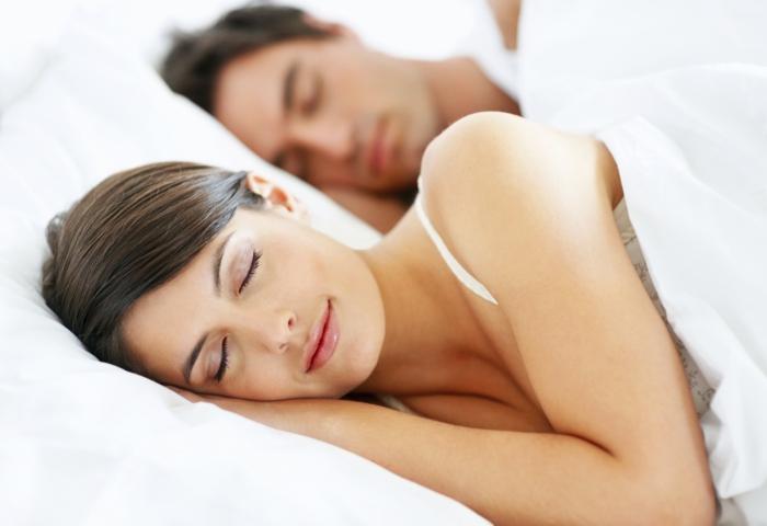 besser schlafen mann frau weiße bettwäsche matratze bett