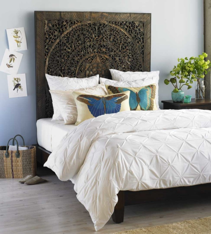 besser schlafen schlafzimmer einrichten gemütlich steppdecke zimmerpflanzen holzschnitzerei kopfteil