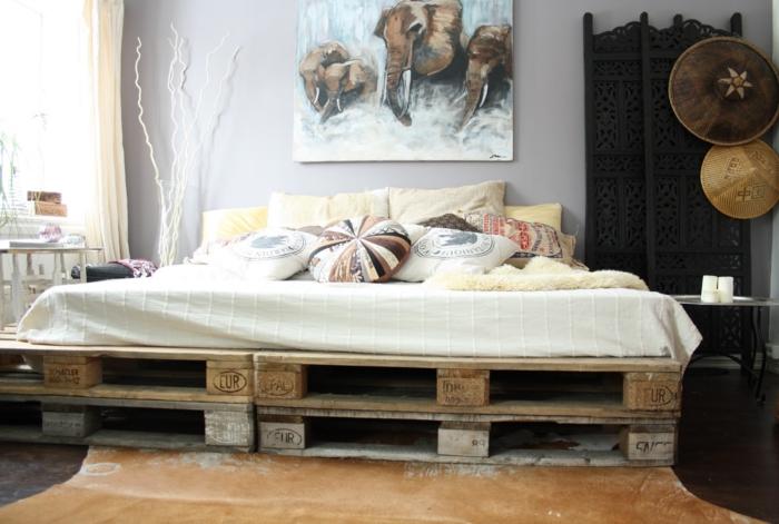 besser schlafen schlafzimmer einrichtung paravent europaletten bett