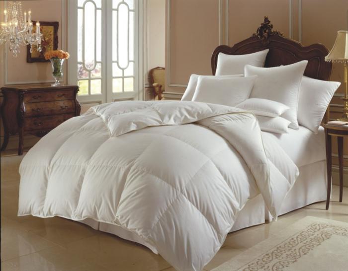 besser schlafen schlafzimmereinrichtung doppelbett dezent weiße bettwäsche daunendecke kissen