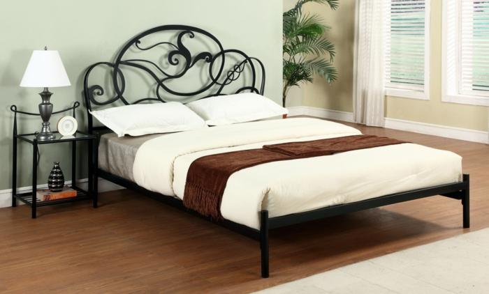 besser schlafen schlafzimmereinrichtung doppelbett metallbett matratze tagesdecke