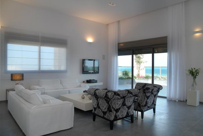 bodenbelag wohnzimmer graue bodenfliesen weiße sofas sessel florales muster