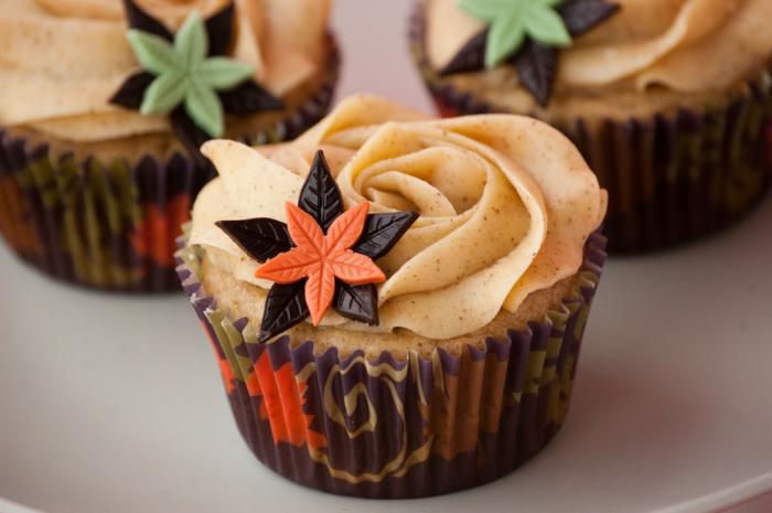 cupcake deco ideen herbst motive blätter creme