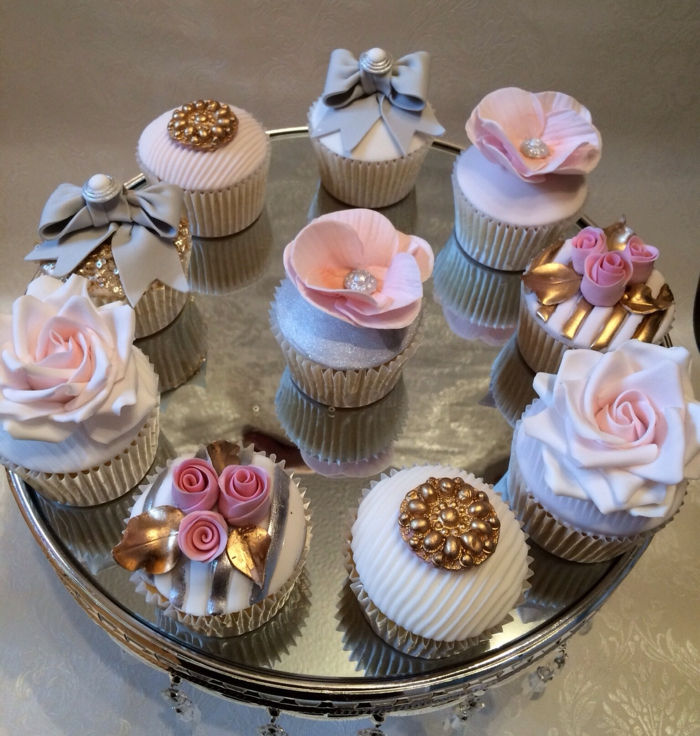 Cupcake Deko ideen hochzeit party blumen marzipan gold