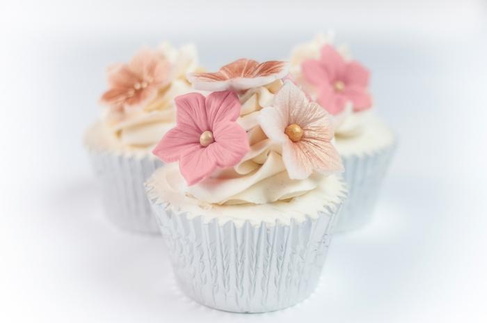 cupcake deco ideen hochzeitsdeko tischdekoration blumen