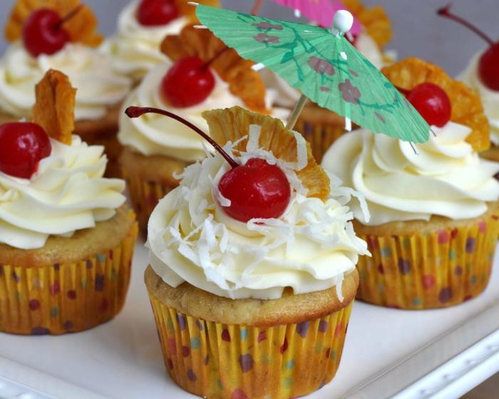 Cupcake Deko ideen sahne cocktailschirmchen kirschen bananen