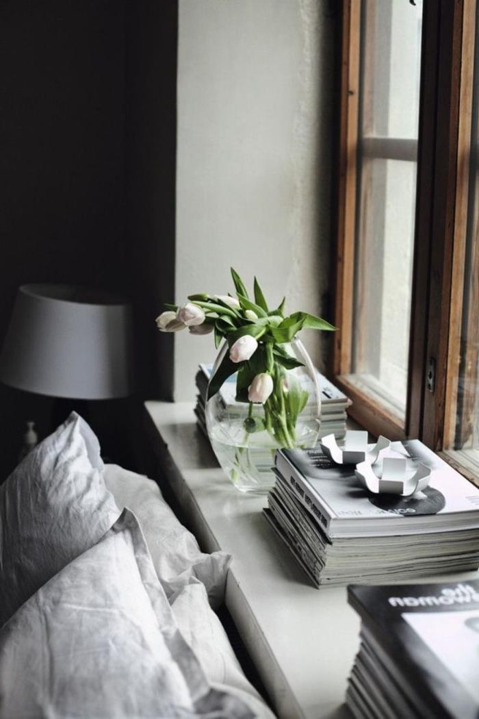 dekoideen fensterbankschlafzimmer dekorieren frühling tulpen bücher