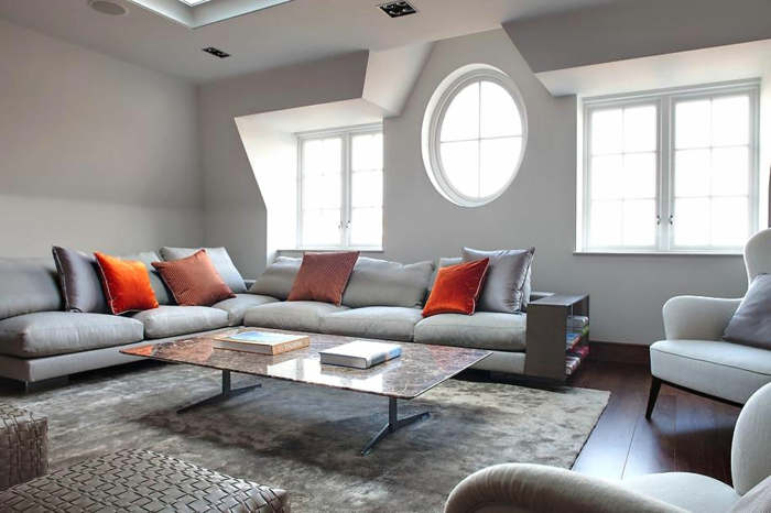 ecksofa schicke dekokissen cooler teppich helle wände