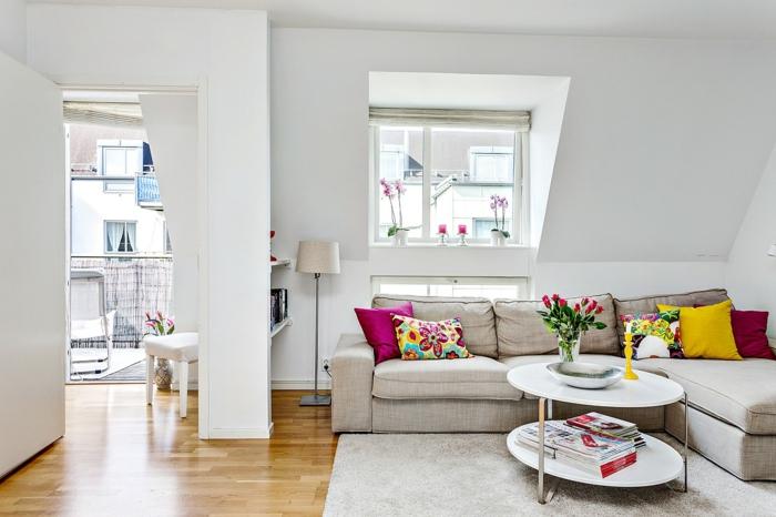 einrichtungsideen wohnzimmer beiges ecksofa dekokissen runder couchtisch weiße wände