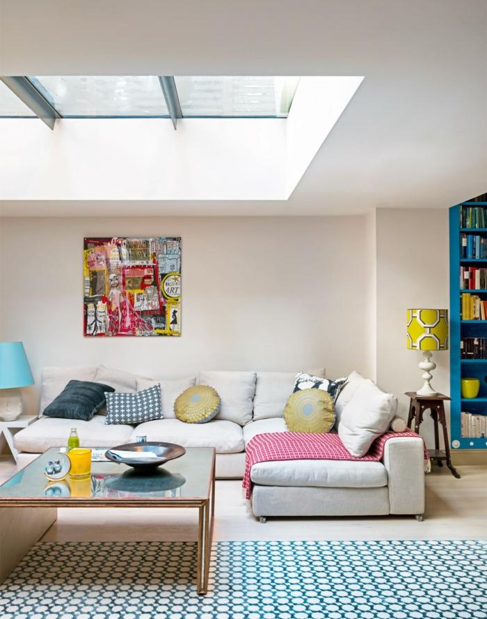 einrichtungsideen wohnzimmer cooles teppichmuster helle wände blaue akzente