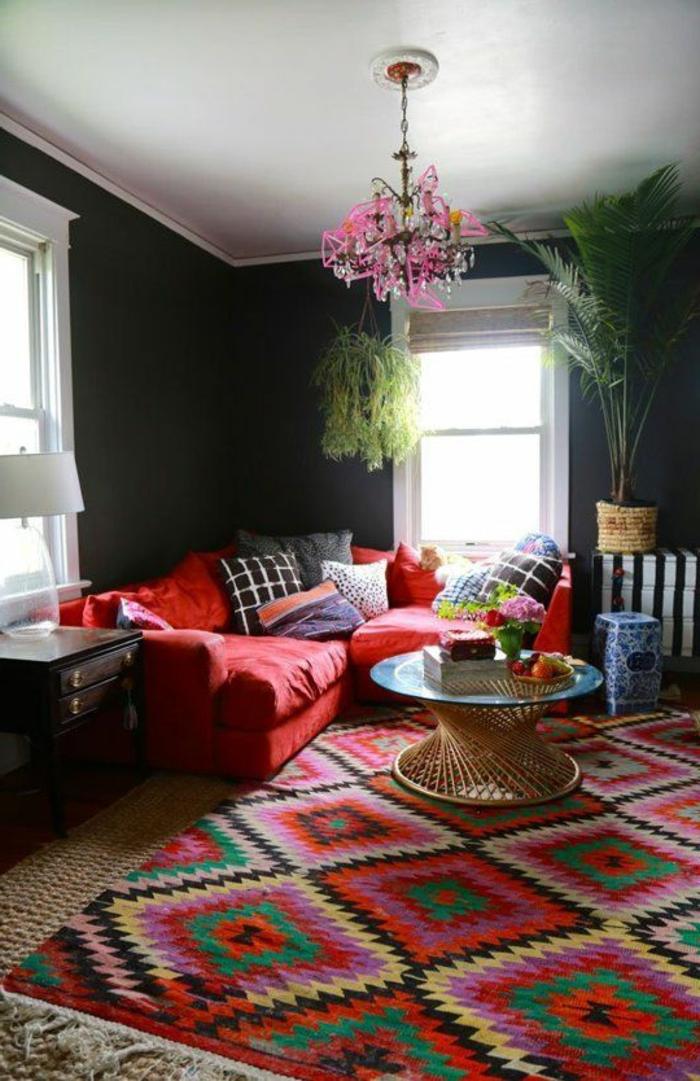 farbige wände dunkelgrau farbiger teppich rotes sofa