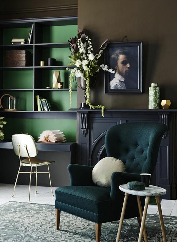 farbige wände dunkle farbtöne blumen grüner sessel