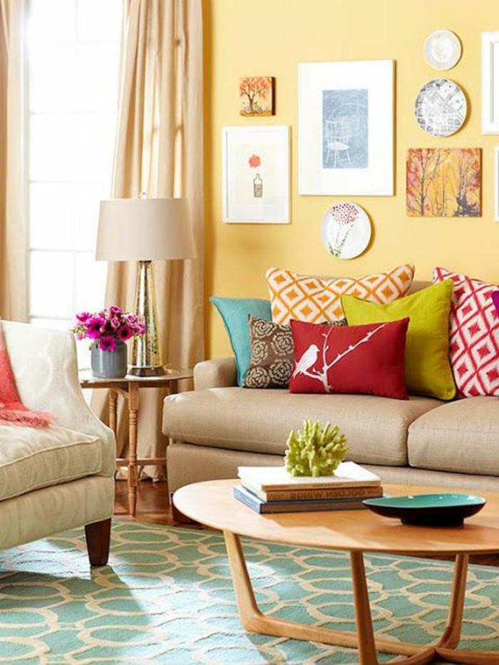 farbige wände gelbe wandfarbe grüner teppich wohnideen wohnzimmer