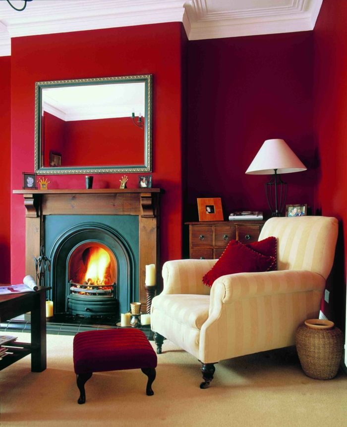 farbige wände rote wandfarbe wohnzimmer heller sessel kamin