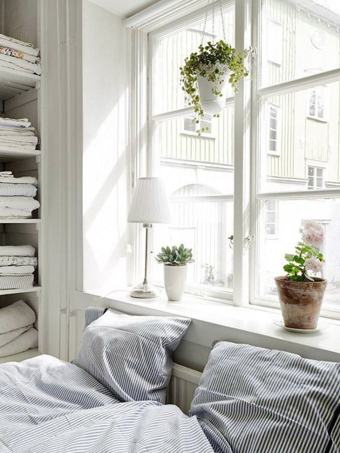 fensterbank dekoration schlafzimmer fenster pflanzen bettwäsche streifen