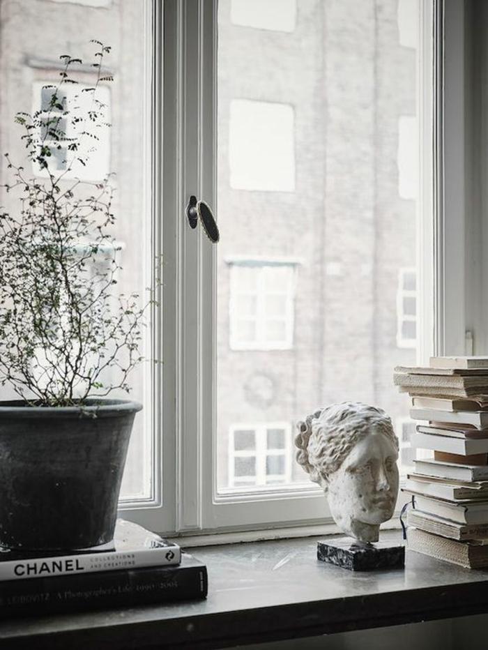 fensterbank dekoration skulptur bücher blumentopf