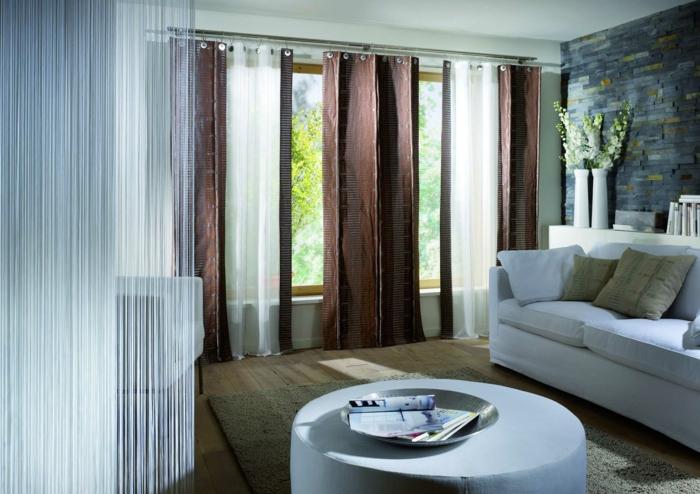 Gardinen Wohnzimmer Braun Weißes Sofa Runder Couchtisch Teppich