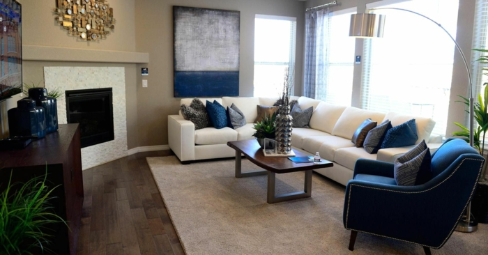 gardinen wohnzimmer luftige gardinen blauer sessel weißes ecksofa