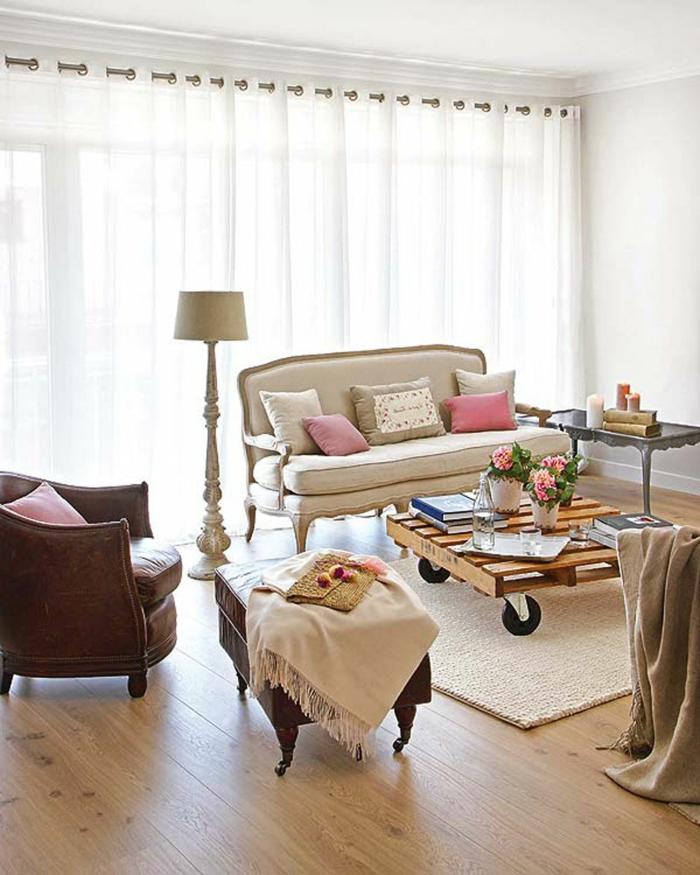 gardinen wohnzimmer weiße gardinen ledersessel holzboden palettentisch