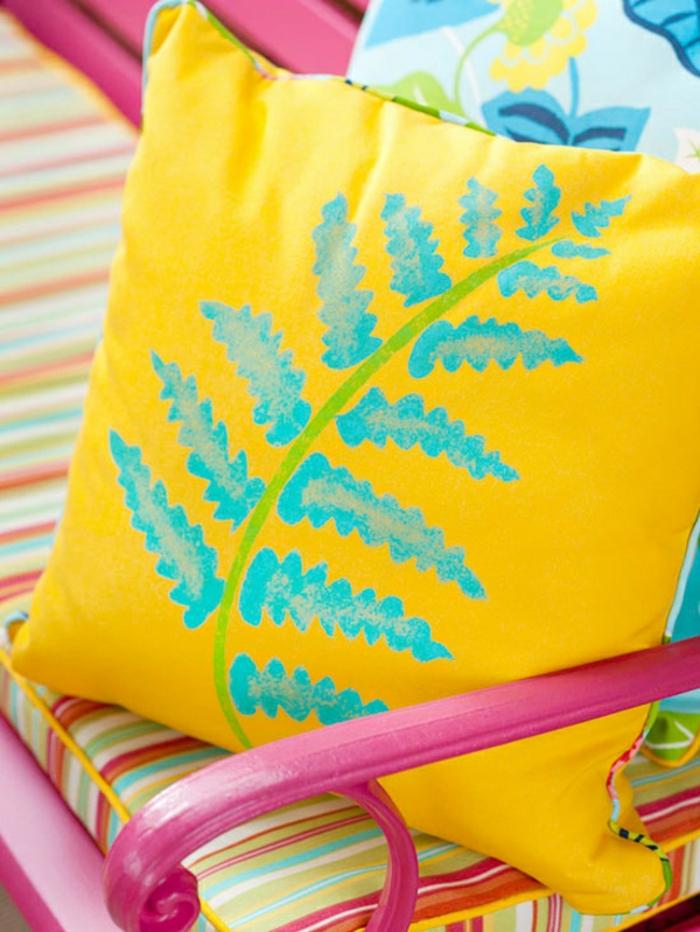 gartendeko ideen dekokissen selber bemalen gelbes kissen couch gartenmöbel