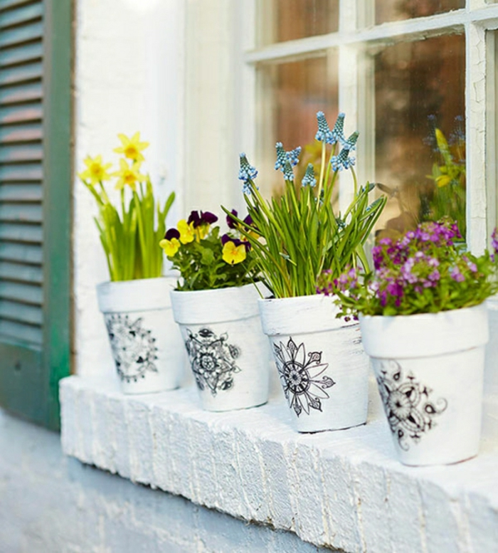 gartendeko ideen keramik blumentöpfe dekorieren frühlingsblumen