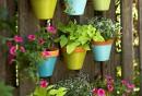 gartendeko-ideen-topfblumen-blumentöpfe-bemalen-vertikaler-garten