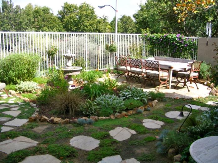 einrichtungsideen weißer stahl zaun gartenweg pflanzen
