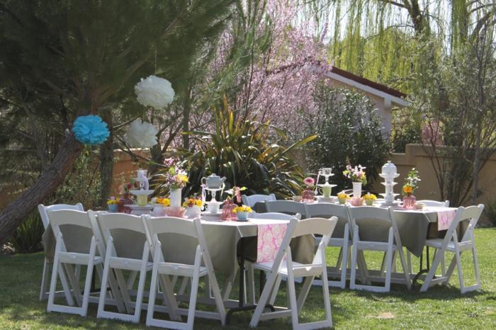 gartenparty deko geburtstag feiern tischläufer weiße gartenmöbel