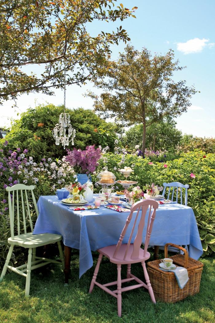 gartenparty deko leuchter farbige stühle hellblaue tischdecke