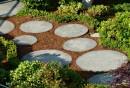 gartenweg-gestalten-beton-rund-gartenplatten-pflanzen