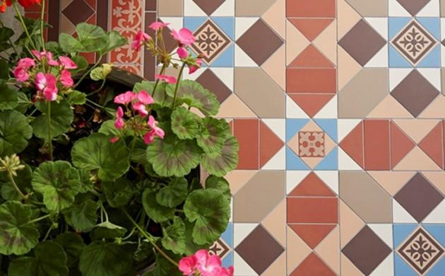 gartenweg-gestalten-gartenwege-anlegen-steinoptik-vorgarten-weg-garagenboden-fliesen-ideen-bunt