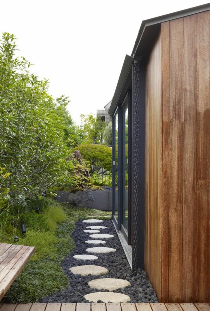 gartenweg gestalten hinterhof gehwegplatten pflanzen sitzbank