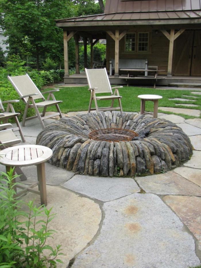 gartenweg gestalten steinplatten feuerstelle gartenmöbel pflanzen