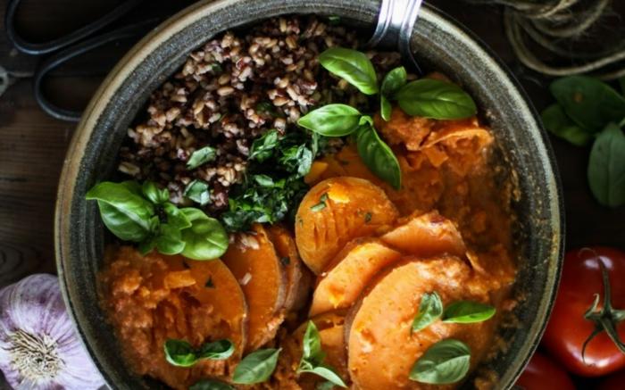 gesundes essen ausgewogenes menue gemüse und reis