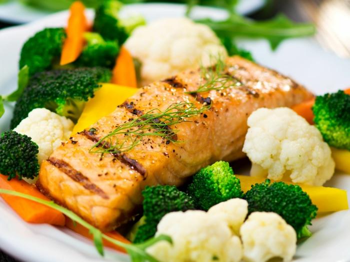 gesund essen lachs mit gemüse
