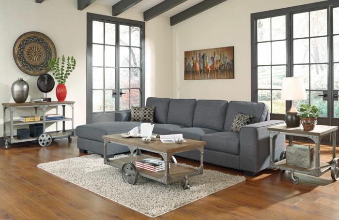 graues sofa ausgefallener couchtisch räder beistelltisch teppich