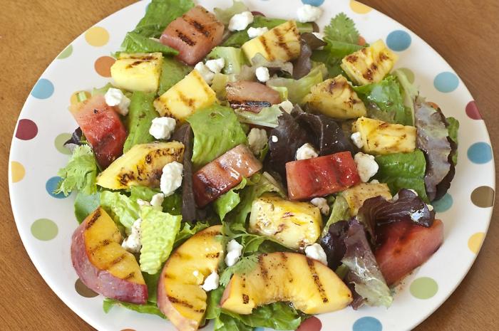 grillen vegetarisch gemüse bbq obst pfirsiche feta käse salat