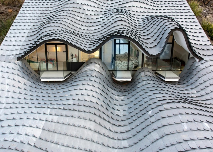 haus am meer kaufen spanien drachen design moderne architektur wellenförmiges dach