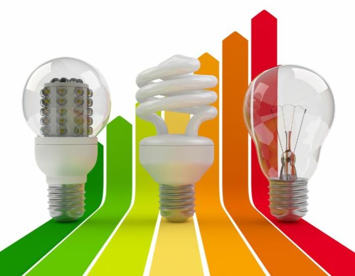 haus renovieren dachbodenisolation illustration überlastung energiesparlampe