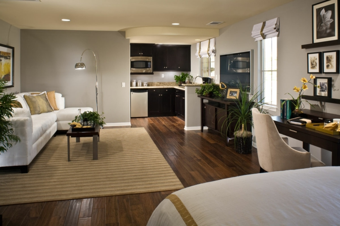 kleikleine wohnung einrichten einzimmerwohnung neutrale farben bogenlampe parkett schreibtisch küche
