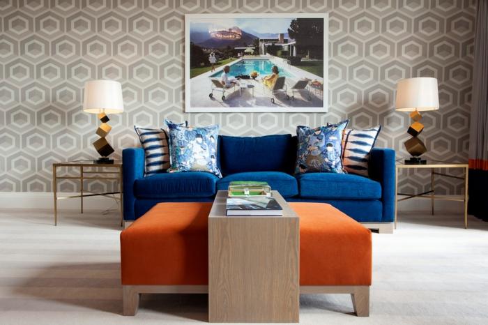 kleine wohnung einrichten polstermöbel couchtisch ottomane sofa mustertapete