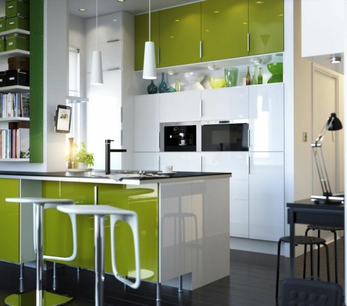 lampe küche kleine küche grüne akzente spiegeloberflächen