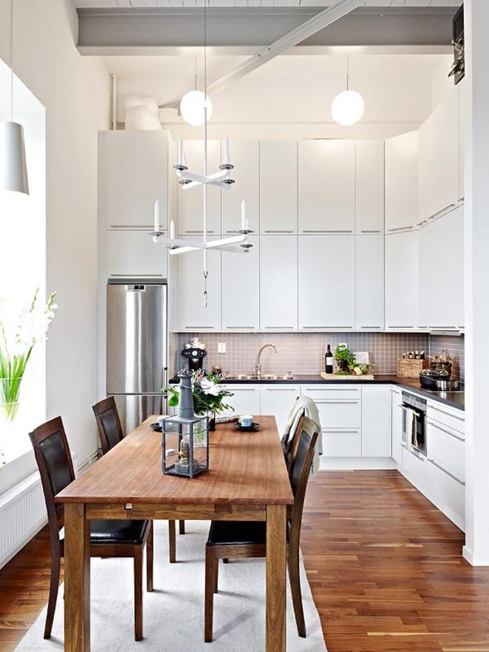 lampe küche leuchter rustikaler esstisch hängelampen weiße küchenschränke teppichläufer