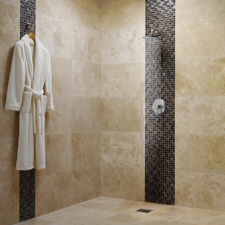moderne Badeinrichtung Dusche Badezimmerfliesen Travertinfliesen