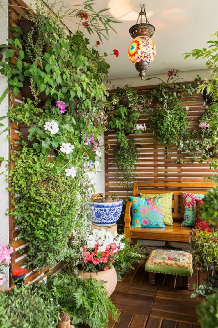 modern Terrassengestaltung Bilder üppige Balkonpflanzen vertikaler Garten