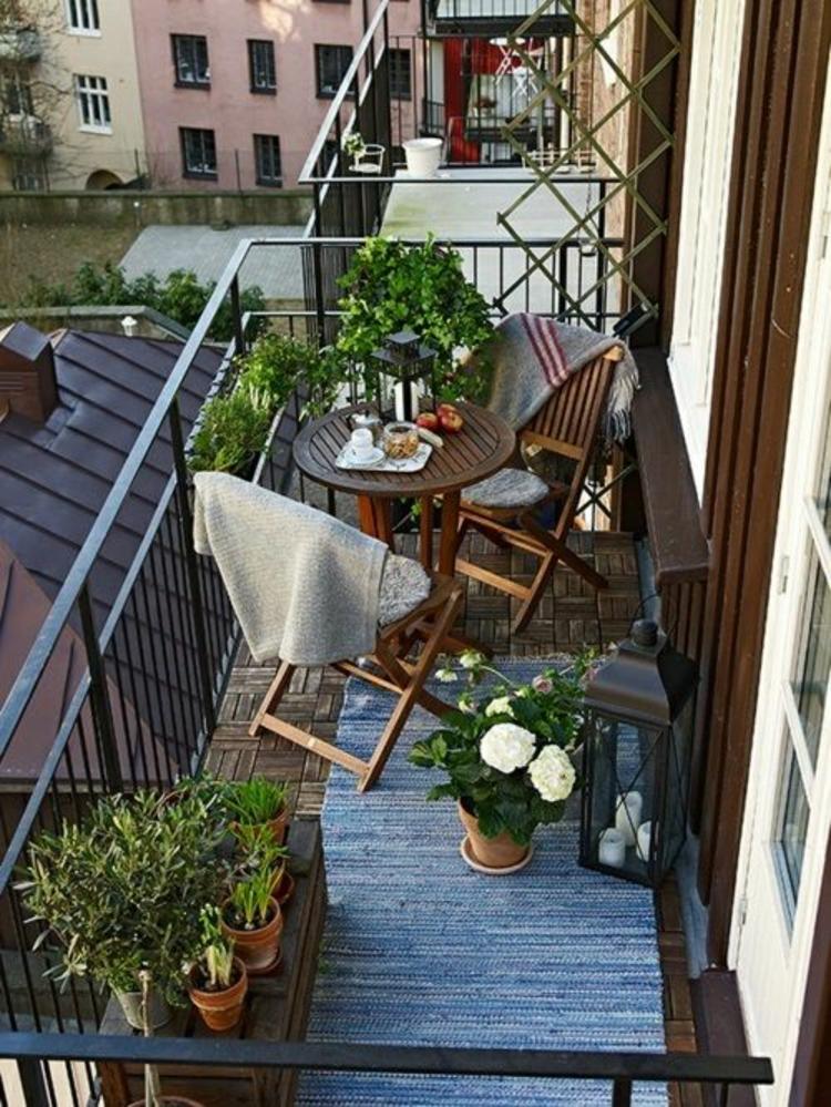moderne Terrassengestaltung Bilder Balkonmöbel Balkonpflanzen Klappstühle