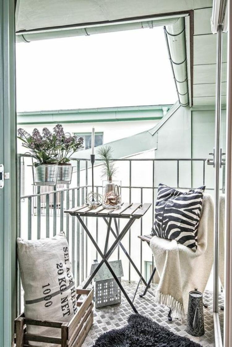 moderne Terrassengestaltung Bilder Balkonmöbel Klapptisch Holzkisten Kissen