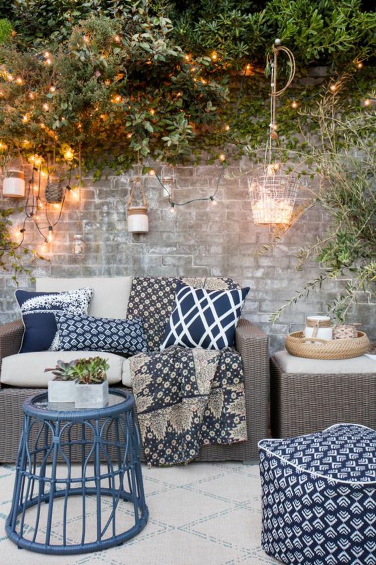 moderne Terrassengestaltung Bilder Rattanmöbel Sofa Kissen Lichterketten
