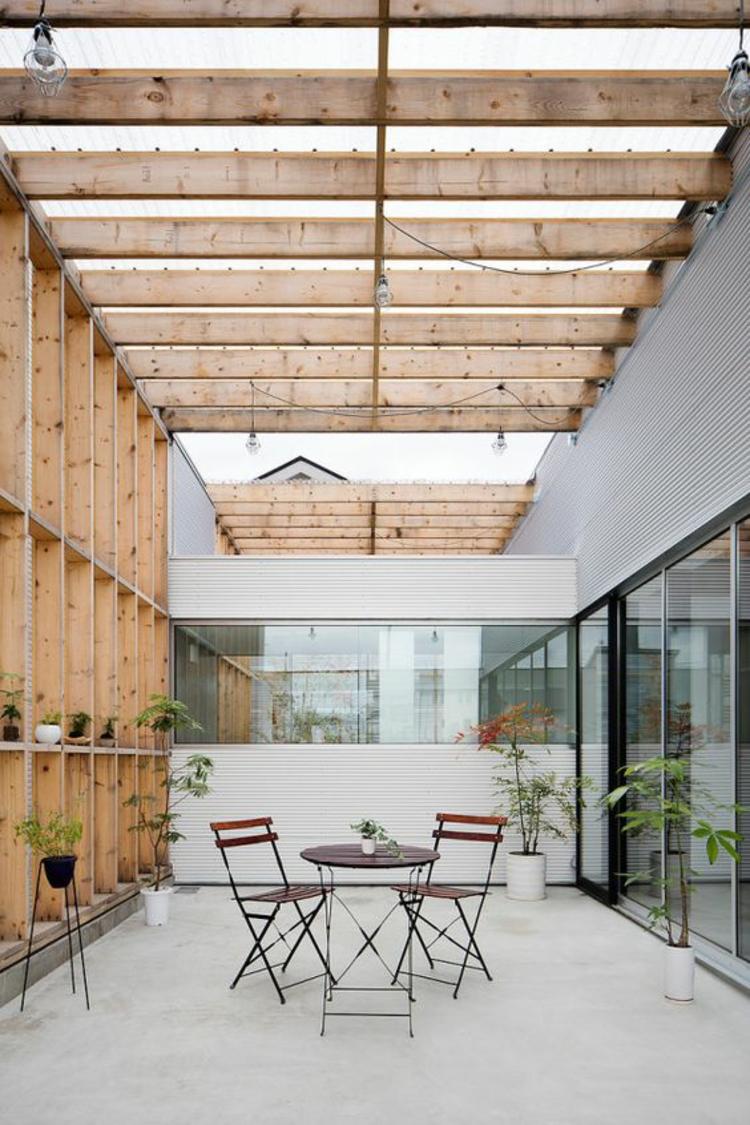 moderne Terrassengestaltung Bilder geräumiger Außenbereich Klappmöbel